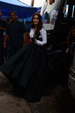 Kareena Kapoor Khan is snapped at shooting for an advertisement in Mumbai on July 20, 2016 (7)_579050ff01ce0.JPG