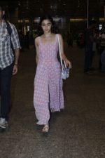 Alia Bhatt snapped at airport on 21st July 2016 (17)_5791d44651157.JPG