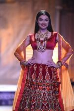 Divya Khosla Walks For Reynu Taandon at the FDCI India Couture Week 2016 (11)_57922c0b1b3a3.JPG
