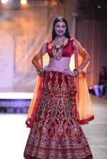 Divya Khosla Walks For Reynu Taandon at the FDCI India Couture Week 2016 (13)_57922c0c7298e.JPG