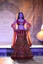 Divya Khosla Walks For Reynu Taandon at the FDCI India Couture Week 2016 (39)_57922c20b8419.JPG