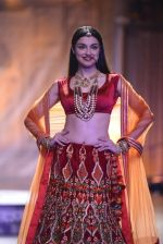Divya Khosla Walks For Reynu Taandon at the FDCI India Couture Week 2016 (41)_57922c23773ad.JPG