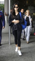 Katrina Kaif snapped at airport with mom on 22nd July 2016 (3)_5791d49caaf60.JPG