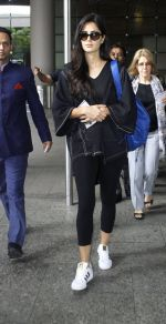 Katrina Kaif snapped at airport with mom on 22nd July 2016 (4)_5791d49d6e54e.JPG