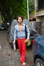Tiger Shroff snapped outside his gym on 21st July 2016 (4)_5791de50989be.JPG