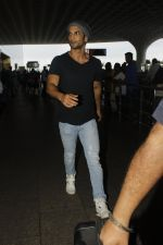 Sushant Singh Rajput snapped at airport on 22nd July 2016 (7)_579387eba59f9.JPG