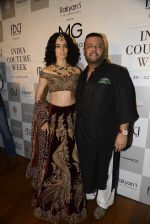 Kangana Ranaut, Manav Gangwani during Manav Gangwani latest collection Begum-e-Jannat at the FDCI India Couture Week 2016 on 24 July 2016 (31)_5794c77e97c08.JPG