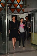 Kareena Kapoor, Karisma Kapoor snapped outside Sanjay Kapoor_s residence on 24th July 2016 (14)_5795bffc52b3b.JPG
