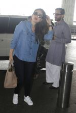 Kareena Kapoor, Saif Ali Khan snapped at airport on 28th July 2016 (7)_579a0a721e1c1.JPG