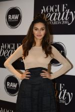 Shibani Dandekar at Vogue Beauty Awards 2016 on 27th July 2016 (35)_57998a243916f.JPG