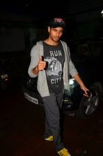Sidharth Malhotra snapped in Mumbai on 27th July 2016 (14)_5799970898363.JPG
