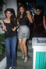 Shilpa Shetty and Shamita Shetty post dinner snapped on 27th July 2016 (8)_579af93ee91a7.JPG