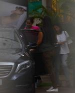 Sonam Kapoor snapped at a recording studio in juhu on 28th July 2016 (5)_579af7575e693.JPG