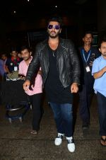 Arjun kapoor landed from london in Mumbai airport on 30th July 2016 (2)_579d9c449cc0d.jpg