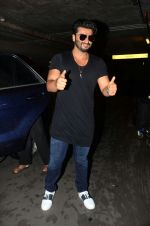 Arjun kapoor landed from london in Mumbai airport on 30th July 2016 (4)_579d9d3f5c115.jpg