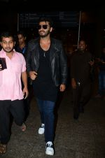 Arjun kapoor landed from london in Mumbai airport on 30th July 2016 (6)_579d9c97c3039.jpg