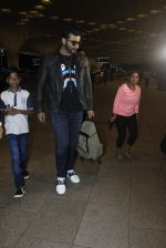 Arjun Kapoor snapped at the airport on 1st Aug 2016 (20)_579ec0777d845.JPG