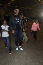 Arjun Kapoor snapped at the airport on 1st Aug 2016 (21)_579ec0786b833.JPG