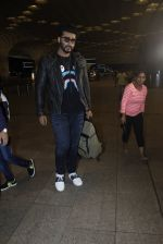 Arjun Kapoor snapped at the airport on 1st Aug 2016 (22)_579ec0792e58b.JPG