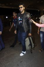 Arjun Kapoor snapped at the airport on 1st Aug 2016 (23)_579ec079d3d56.JPG
