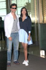 Hrithik Roshan and Pooja Hegde snapped as they leave for Hyderabad on 31st July 2016 (12)_579eea183c5c4.JPG