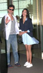 Hrithik Roshan and Pooja Hegde snapped as they leave for Hyderabad on 31st July 2016 (14)_579ee9e6907d7.JPG