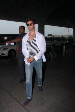 Hrithik Roshan snapped as they leave for Hyderabad on 31st July 2016 (11)_579eea06013dc.JPG