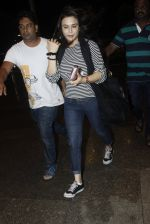 Preity Zinta snapped at the airport on 1st Aug 2016 (1)_579ec0a330263.JPG