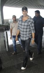 Akshay Kumar snapped at airport on 1st Aug 2016 (16)_57a0211775a32.JPG