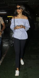 Pooja Hegde snapped at airport on 1st Aug 2016 (3)_57a021235f5eb.JPG