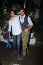 Siddharth Malhotra with Bar Bar Dekho teamat a party on 2nd Aug 2016 (24)_57a1677e6b4dd.JPG