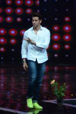 Hrithik Roshan on sets of Dance plus 2 on 3rg Aug 2016 (128)_57a2b8774334a.JPG