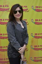 Kanika Kapoor at Radio Mirchi on 3rd Aug 2016 (4)_57a2ffd0922e9.JPG