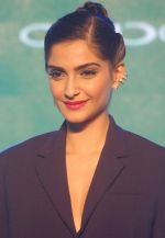 Sonam Kapoor at Oppo F1s mobile launch in Mumbai on 3rd Aug 2016 (8)_57a2b7458dd5a.jpg