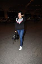 Karisma Kapoor snapped at airport on 4th Aug 2016 (18)_57a440f2110ff.JPG