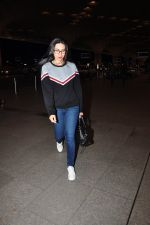 Karisma Kapoor snapped at airport on 4th Aug 2016 (23)_57a440fa72ccc.JPG
