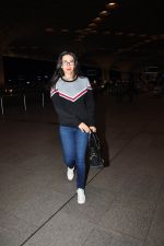 Karisma Kapoor snapped at airport on 4th Aug 2016 (24)_57a440fbe46f0.JPG