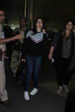Karisma Kapoor snapped at airport on 4th Aug 2016 (31)_57a440fd22838.JPG