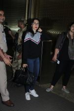Karisma Kapoor snapped at airport on 4th Aug 2016 (34)_57a4410365a49.JPG