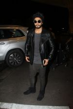 Ranveer Singh snapped at airport on 4th Aug 2016 (50)_57a4411777c80.JPG
