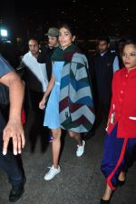 Hrithik Roshan, Pooja Hegde snapped at airport on 5th Aug 2016 (20)_57a5702dba3e2.JPG