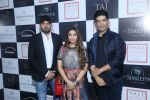 Manish Malhotra with Falguni & Shane Peacock at Vogue Wedding Show at Taj Palace, New Delhi (1)_57a5652d186e3.JPG