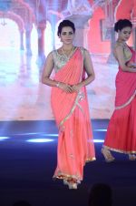 Model walk the ramp for IIJS show in Mumbai on 5th Aug 2016 (27)_57a56c0964c2d.JPG