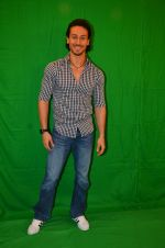 Tiger Shroff snapped in Mumbai to promote The Flying Jatt on 6th Aug 2016 (44)_57a745a419ba3.JPG