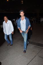 Hrithik Roshan leave for Ahmedabad snapped at airport on 8th Aug 2016 (6)_57a94c9367baa.JPG