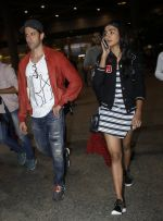 Hrithik Roshan, Pooja Hegde snapped at airport on 9th Aug 2016 (10)_57ab3ae4a561e.JPG