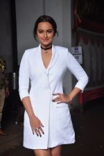 Sonakshi Sinha on the sets of Jhalak Dikkhla Jaa 9 on 9th Aug 2016 (210)_57aab19c33999.JPG