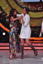 Sonakshi Sinha, Jacqueline Fernandez on the sets of Jhalak Dikkhla Jaa 9 on 9th Aug 2016 (292)_57aab1ba1bd56.JPG