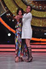 Sonakshi Sinha, Jacqueline Fernandez on the sets of Jhalak Dikkhla Jaa 9 on 9th Aug 2016 (294)_57aab1bad3d4b.JPG