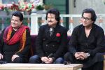 Anup Jalota, Pankaj Udhas, Talat Aziz on the sets of The Kapil Sharma Show on 10th Aug 2016 (2)_57ac80c30a19a.JPG